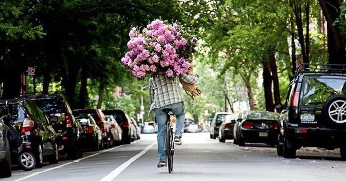 Огромный букет цветов на 14 февраля - с ним не очень удобно будет прогуливаться по парку
