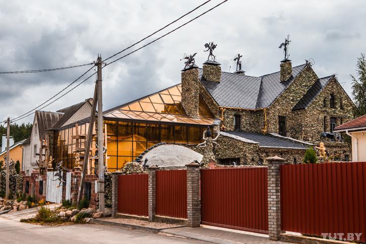 Внучку мимо не вожу: под Минском бизнесмен построил дом, рядом с которым боятся жить соседи