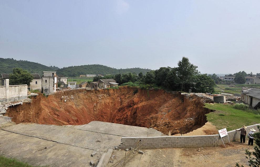 Провинция Хунань, 15 июня 2010 года. Дыра 150 метров в диаметре и 50 метров в глубину уничтожила 20 домов
