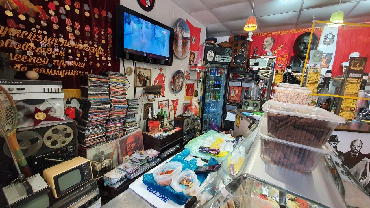 Зашел в один из волгоградских магазинов и попал в эпоху Советского Союза. Рассказываю, что я там увидел которые, магазин, потом, продавец, сразу, советские, продуктов, желание, только, которая, звучит, колонок, создавая, определенное, настроениеОдним, много, словом, всего, практически, каждой