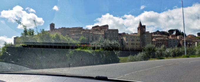 Панорама старого города Ангиари из машины