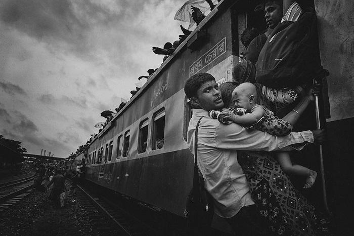 Мужчина с семьей отправляется в родную деревню из Дакки, Бангладеш. Автор фотографии: Танвир Хасан Рохан (Tanveer Hassan Rohan).