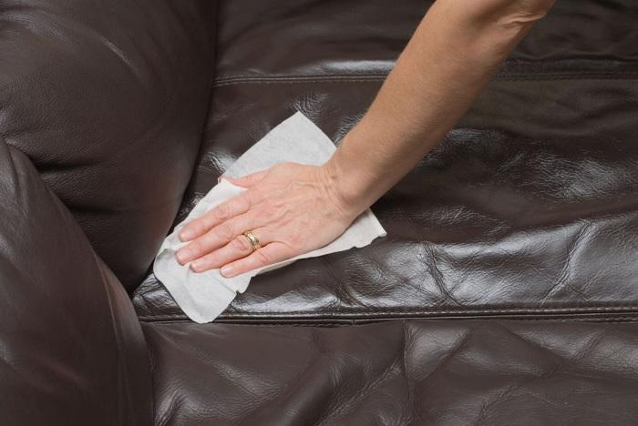 """Убрать царапины с кожаного дивана.   Фото: Газета """"Право""""."""