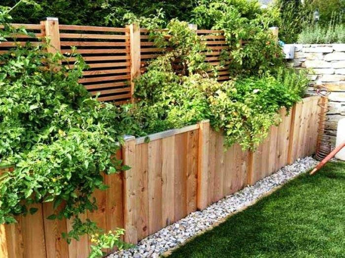 Такой забор однозначно понравится тем, кто любит зелёные насаждения, но при этом территория двора не позволяет развернуться.
