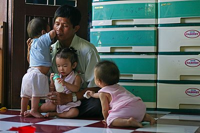 Отец из Вьетнама спасает сотни малышей от абортов.