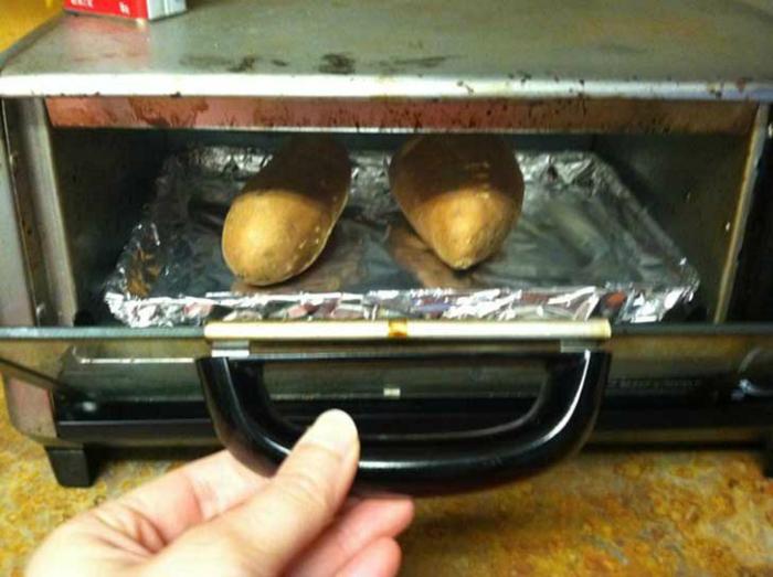 Оберните противень духовки в фольгу, чтобы избавиться от необходимости отмывать его после каждой готовки.