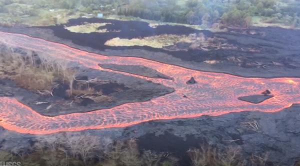 Вулкан Килауэа Гавайев начинает литься зелеными драгоценными камнями