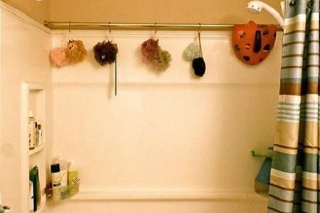перекладина в ванной