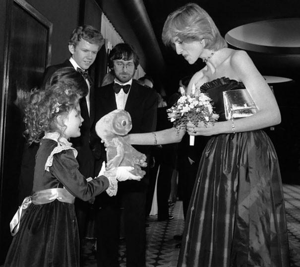 Семилетняя Дрю Бэрримор дарит игрушку принцессе Диане.