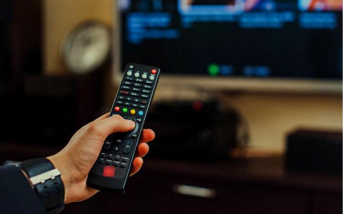 В зависимости от модели телевизора функции цветных кнопок могут отличаться / Фото: winseven.ru