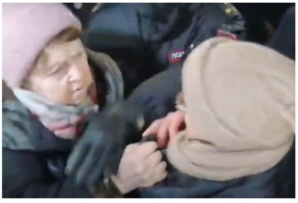 «Теперь поехали в полицию!» В Петербурге пожилые женщины подрались из-за Путина и Навального