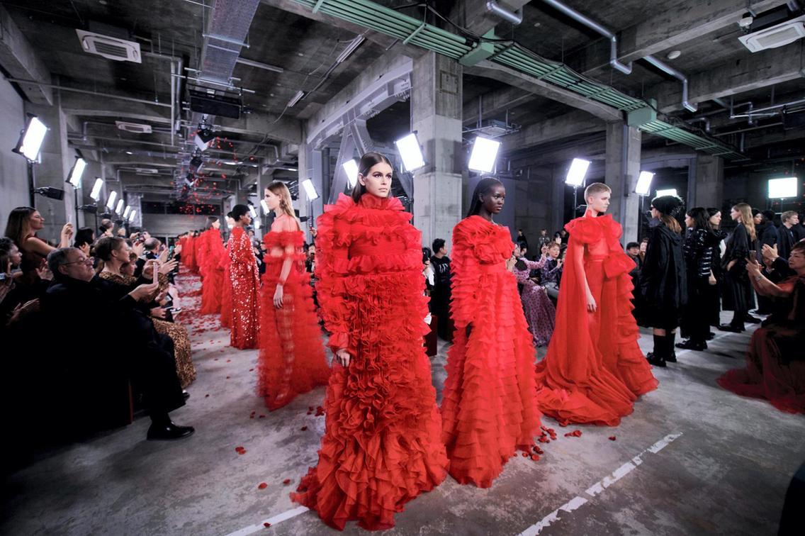 Показ Valentino pre-fall 2019 в Токио - основным цветом стал красный