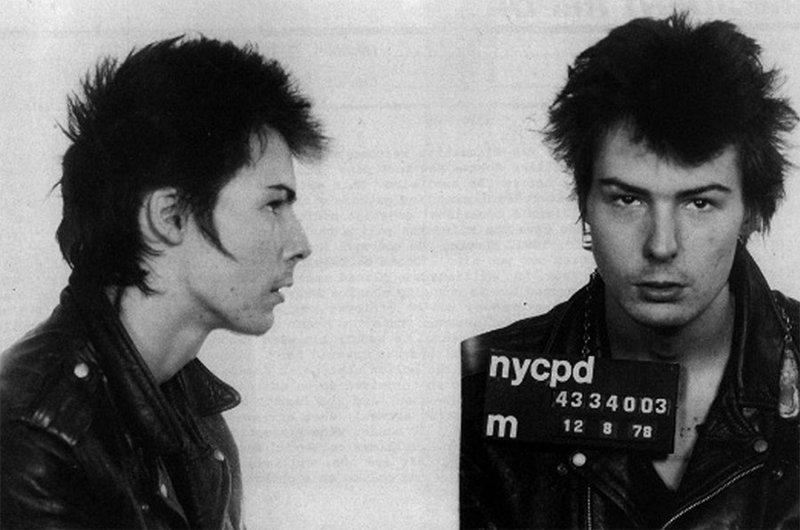 """Сид Вишес, бас-гитарист """"The Sex Pictols"""". 1978 год. Арестован по обвинению в убийстве. арест, звезды, полиция, правонарушение"""