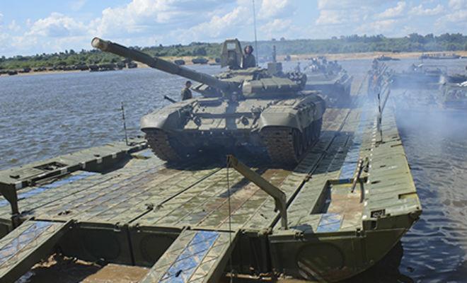 Молниеносная переправа танков: российские военные развернули мост через 500-метровую реку за 15 минут