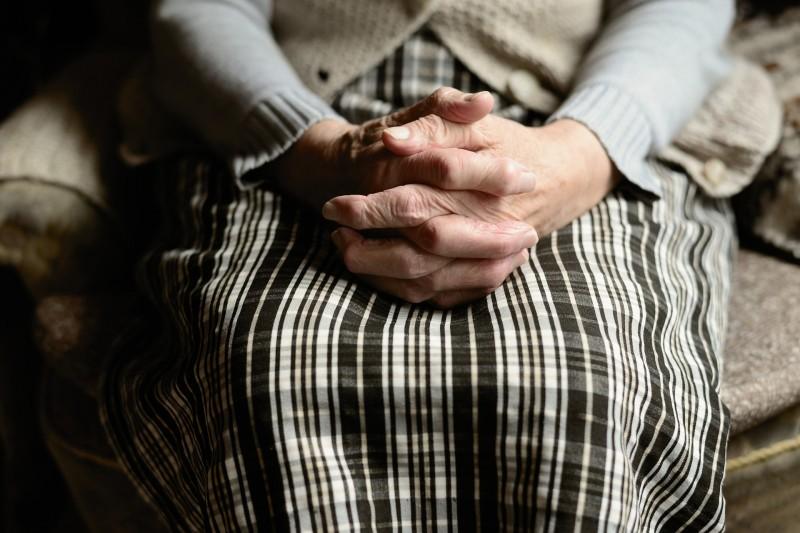 Кто из дочерей должен «дохаживать» мать в старости?