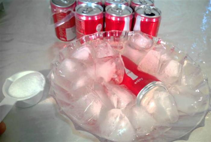 Чтобы быстро охладить напитки, поместите их в большую емкость со льдом и насыпьте туда две столовых ложки соли.