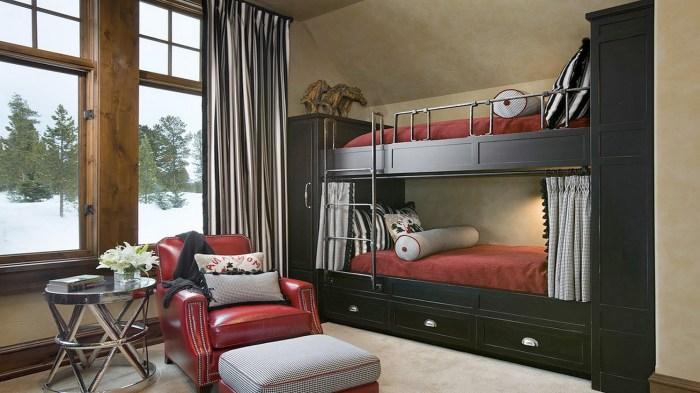 Современная двухуровневая кровать, совмещенная с двумя небольшими шкафами и несколькими выдвижными ящиками.