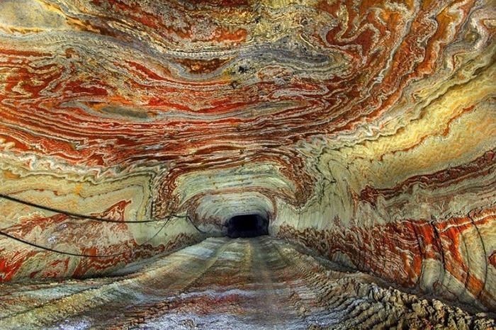 Психоделический окрас соляной шахты.