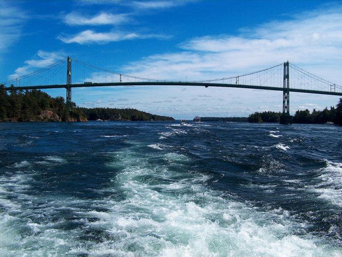 Международный мост «Тысячи островов» проходит через несколько островов архипелага и соединяет две страны. | Фото: montrealex.livejournal.com.