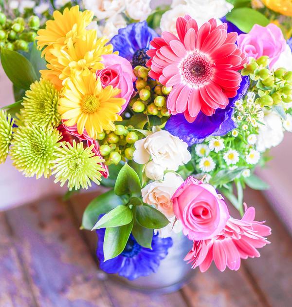 Букет из свежесрезанных цветов — это яркий штрих в интерьере...