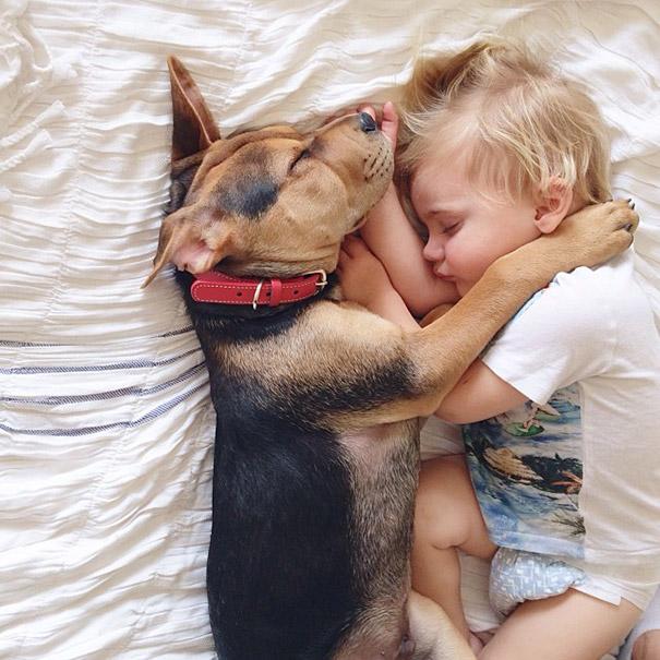 Больше всего на свете этот мальчик любит спать со своим щенком!