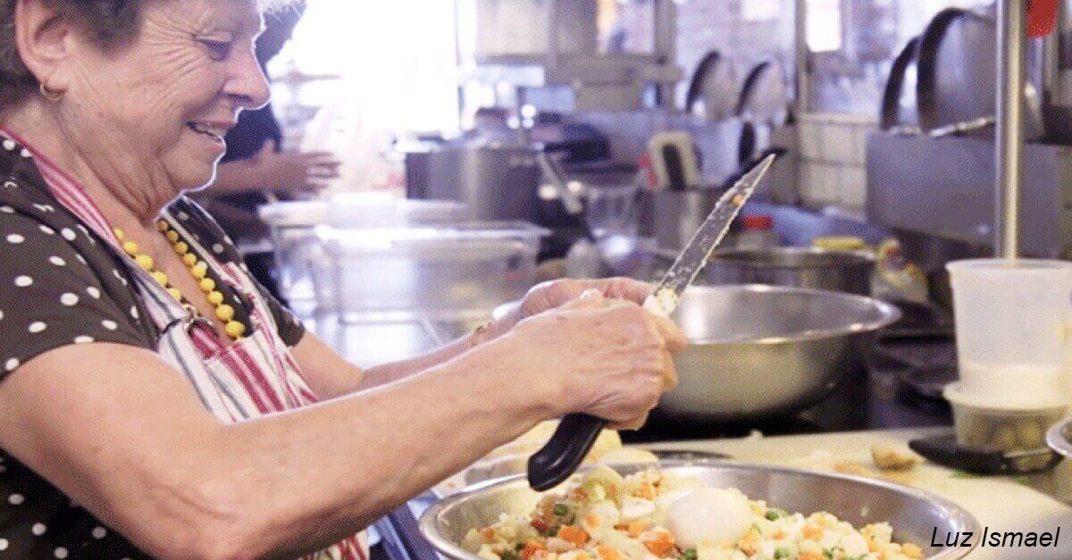 РеÑторан нанÑл бабушек готовить ″домашнюю″ еду - и Ñтал Ñупер-популÑрным
