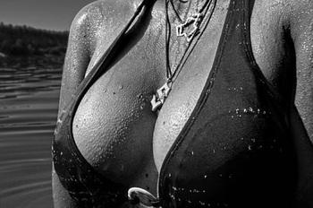 """""""Самая горячая"""" бабушка боится, что грудь 6 размера ее убьет"""