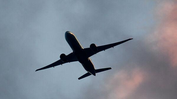 Пассажиры авиарейса в Новосибирск связали попутчицу скотчем и веревками