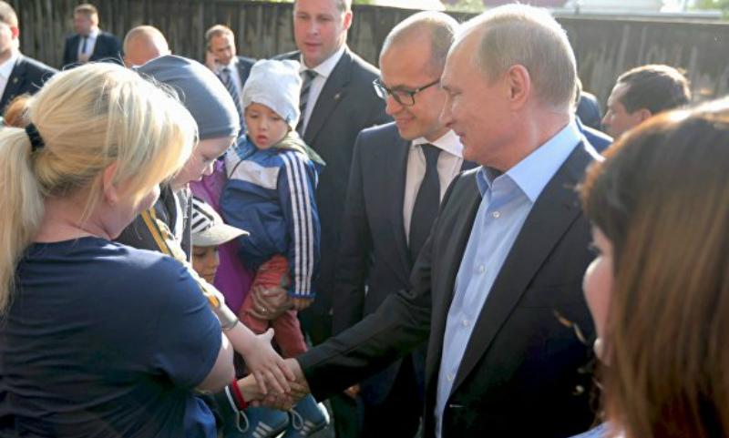 Отдохните в Сочи: Владимир Путин приехал в аварийные барак к обратившейся к нему жительнице Ижевска.