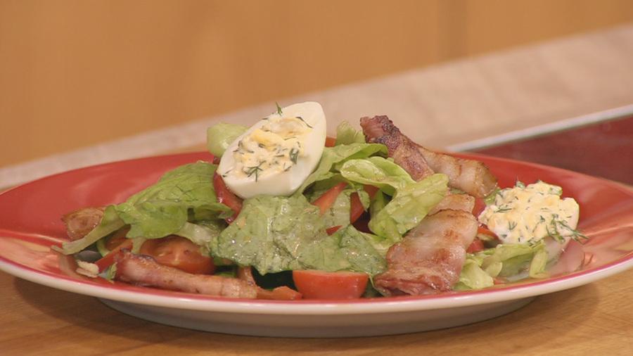 """Овощной салат с фаршированными яйцами """"Остросюжетный салат"""""""