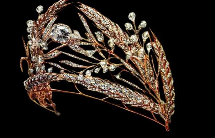Откуда у британской королевы Елизаветы II тиара из потерянных фамильных сокровищ Романовых