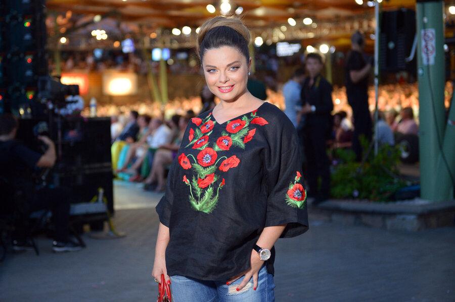 3 неудачных блузы, которые продолжают носить российские звезды образ, смотрится, одежда, следовало, материала, блестящей, блузе, стороны, Ларисе, блузы, достаточно, блузу, красками, модель3, сейчас, тренде, женщина, хотела, раскрасить, жизнь