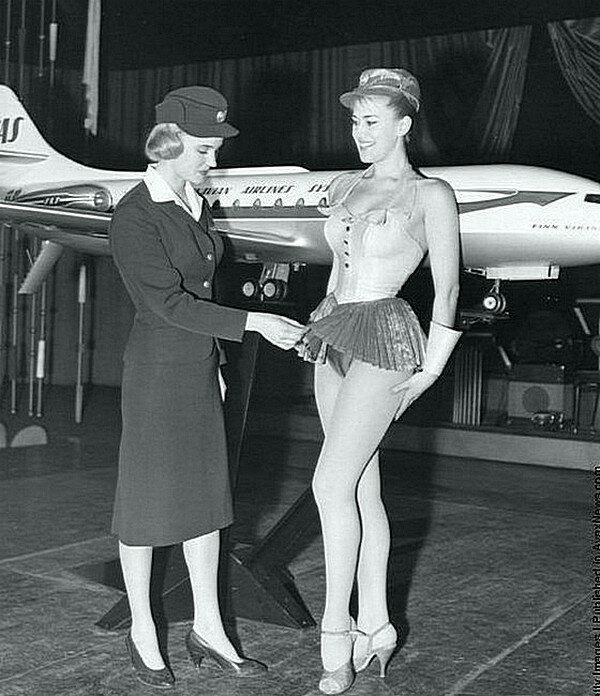 Стюардессам в 1960-х годах часто приходилось носить откровенную униформу, чтобы соблазнить потенциальных клиентов. (Думаю, шутка)