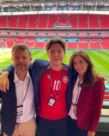 Королевская группа поддержки: принц Уильям, кронпринцесса Мэри и кронпринц Фредерик с сыном на матче Англии против Дании Монархи,Британские монархи