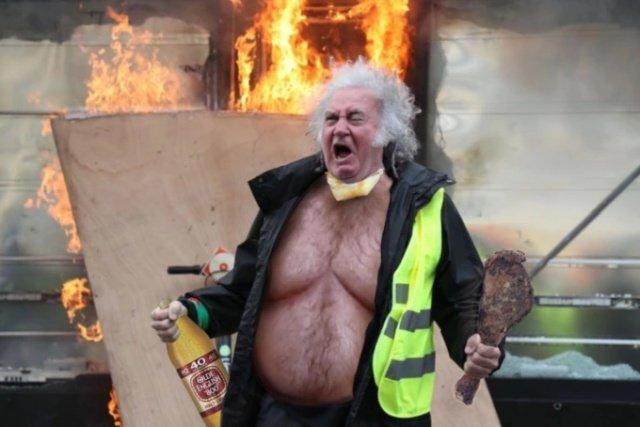 Фотожабы на орущего мужика в желтом жилете
