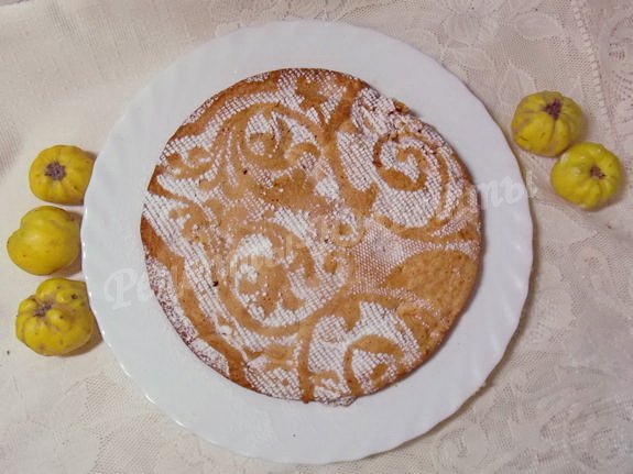 посыпаем пирожок сахарной пудрой