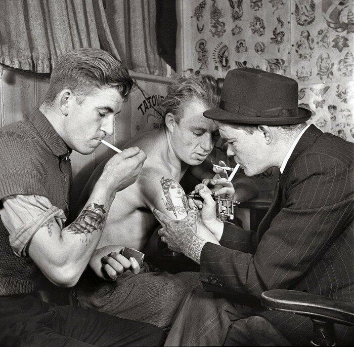 Мужчины в тату-салоне около 1920-х годов