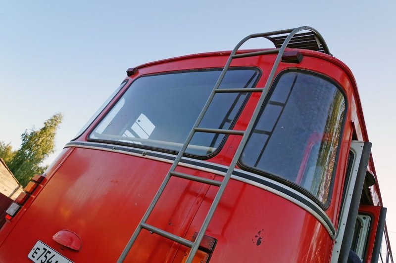 На крышу телевизионного ЛиАЗа ведёт лестница, а сверху — оборудована ровная платформа ЛиАЗ 677, авто, автобус, лиаз
