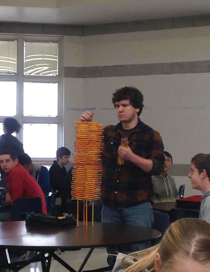 """""""Один парень в нашей школе умеет здорово складывать карандаши"""" всемирное тяготение, забавно, закон гравитации, истории в картинках, неожиданно, против законов физики, удивительно, удивительное рядом"""