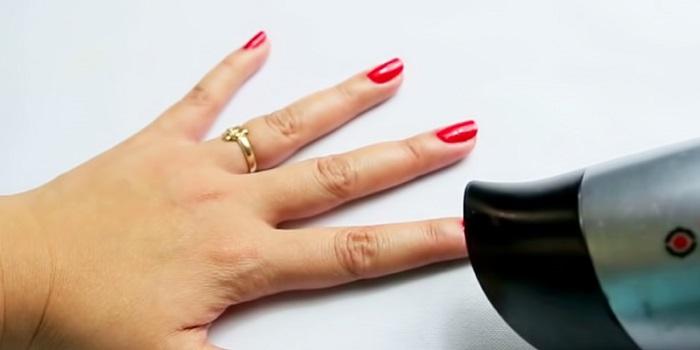 Спешите и не успеваете на встречу, а лак все не высыхает? Воспользуйтесь феном, направьте поток холодного воздуха на ваши ногти, и запланированная встреча состоится вовремя.
