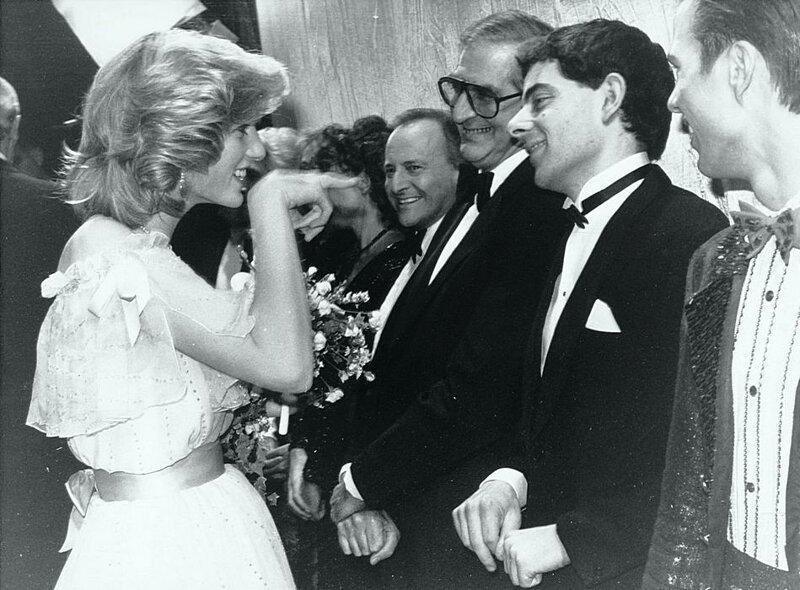 Принцесса Диана узнает комика Роуэна Аткинсона, приветствуя актерский состав Королевского эстрадного шоу в 1984 году