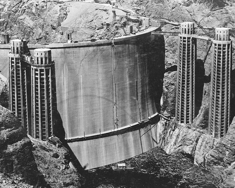 Редкий снимок задней части плотины Гувера до того, как она была заполнена водой. 1936