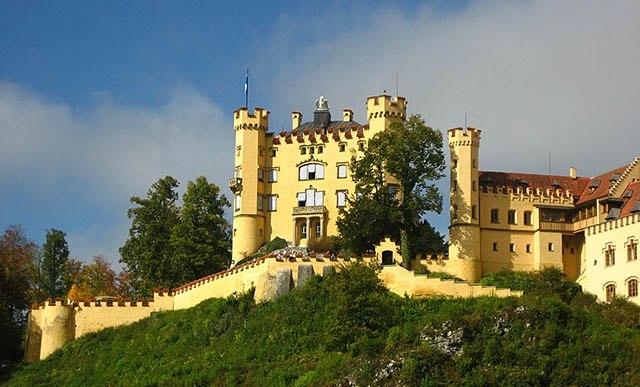 Замок Хоэншвангау – сказочный готический замок, расположенный в живописных горах Баварии