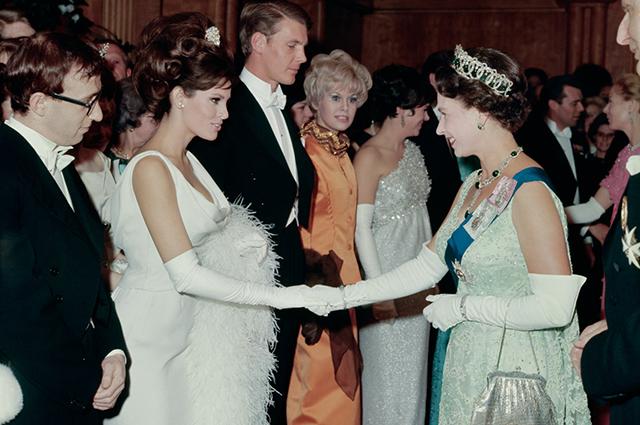 От латекса до кардигана: в чем знаменитости приходили на встречу с королевой Елизаветой II Звездный стиль