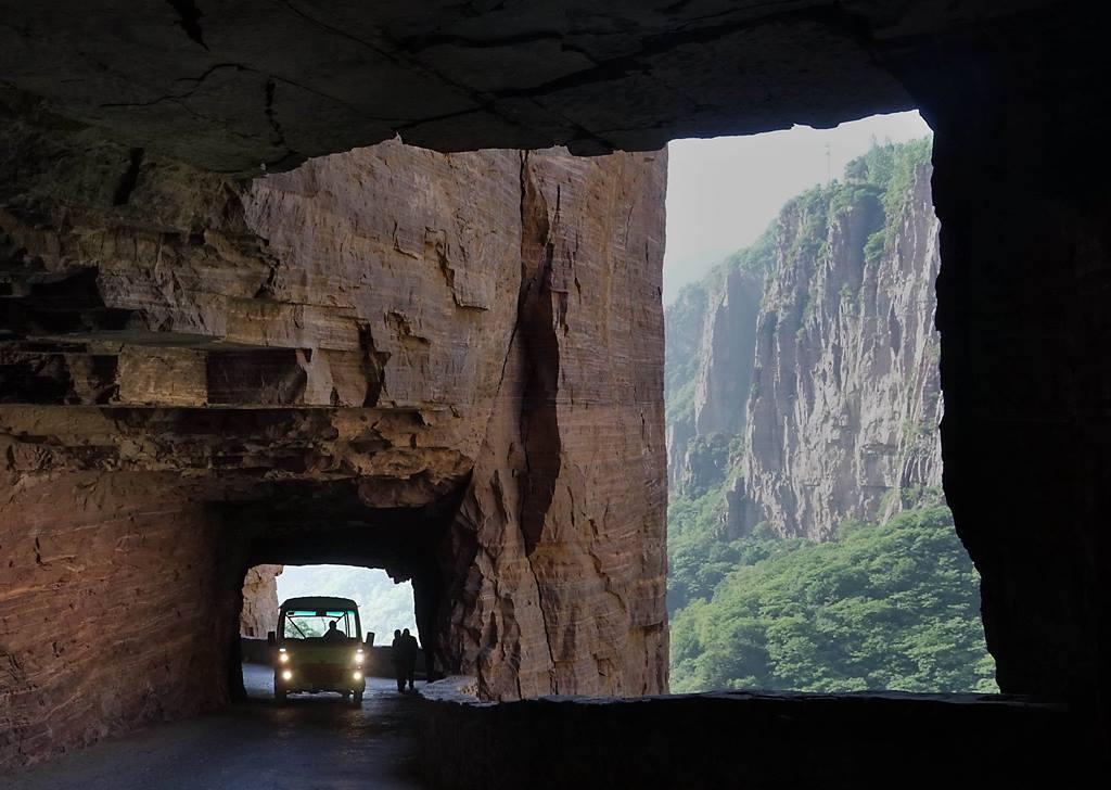 Как по лезвию: 8 самых опасных дорог мира