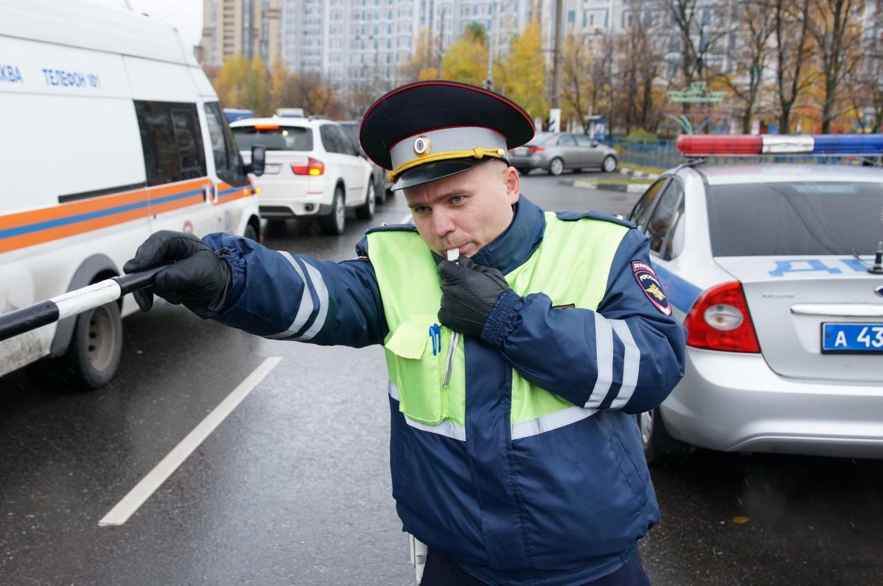 Как поступить, если инспектор ДПС «тормознул», но к машине не подходит