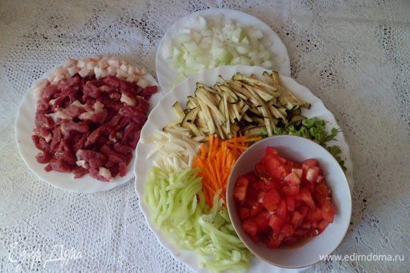 Нарезать все овощи и мясо соломкой, а думбу кубиком. 3 томата и лук тоже нарезать кубиком. Из оставшихся 3 томатов сделать томатный сок.