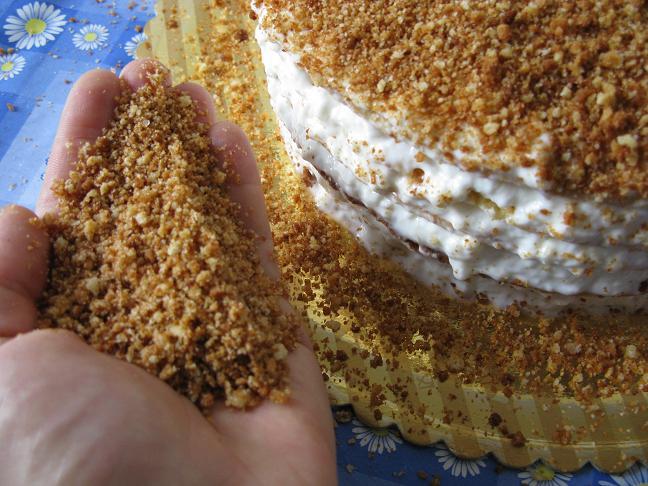 Как красиво обсыпать бока торта крошкой?
