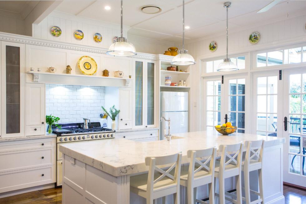 В светлой кухне