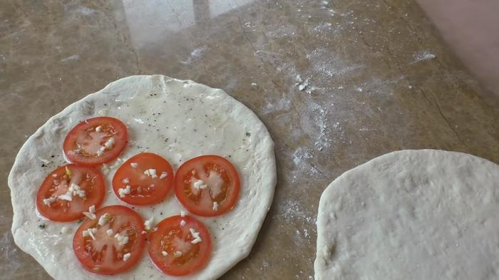 Лепешка с помидорами и чесноком / Семья в шоке! Еда, Лепешки, Тесто, Вкусно, Приготовление, Другая кухня, Видео рецепт, Видео, Длиннопост, Начинка